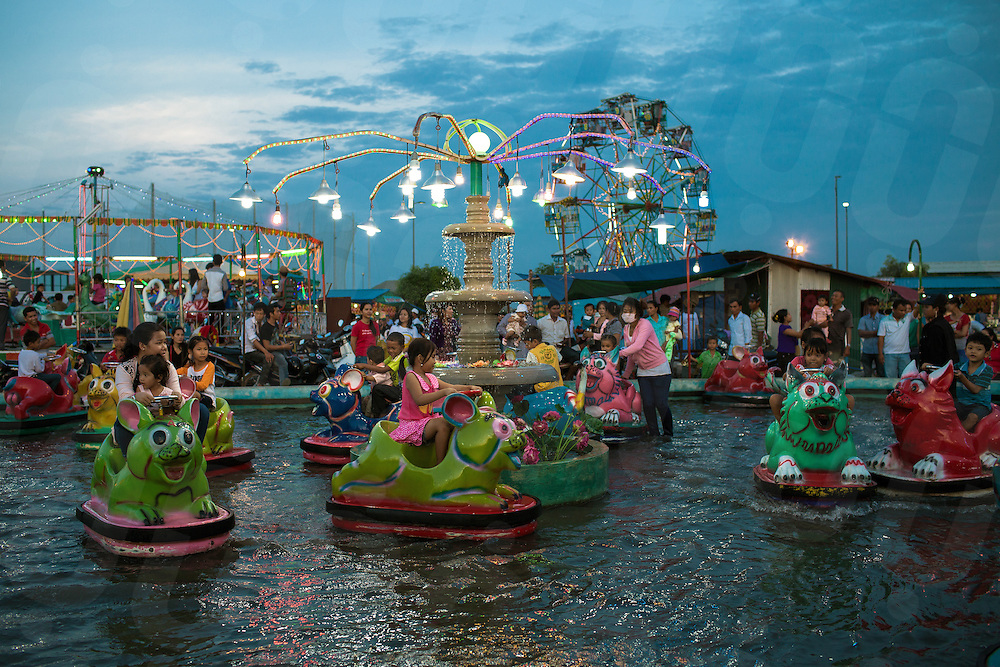 November 29, 2011 - Phnom Penh. People  enjoy the amusement Park built on Koh Pich (Diamond Island). © Thomas Cristofoletti / Ruom