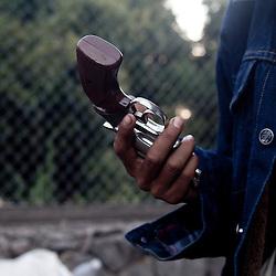 Un giovane ricevendo un'arma.