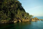Hacia el mar abierto, se encuentra la Isla de los Pájaros (también conocido como Cayo Cisne), santuario de aves donde anidan la bella y rara Ave Tropical (Rabijunco Piquirrojo), de blanco plumaje, pico color naranja y, en los machos, una larga y vistosa cola, así como el simpático alcatraz (piquero o bobo).<br /> <br /> Otras aves marinas, como el pelícano, las gaviotas, los gaviotines y la fragata, pasan parte de su tiempo en el cayo.<br /> <br /> Mientras las aves tropicales usan los huecos en los acantilados para anidar, los alcatraces hacen sus nidos en el mismo suelo, por todas partes.<br /> <br /> Para no molestar a las aves, especialmente a los piqueros, no es permitido ni recomendado el desembarque en la isla.<br /> ©Alejandro Balaguer/Fundación Albatros Media.
