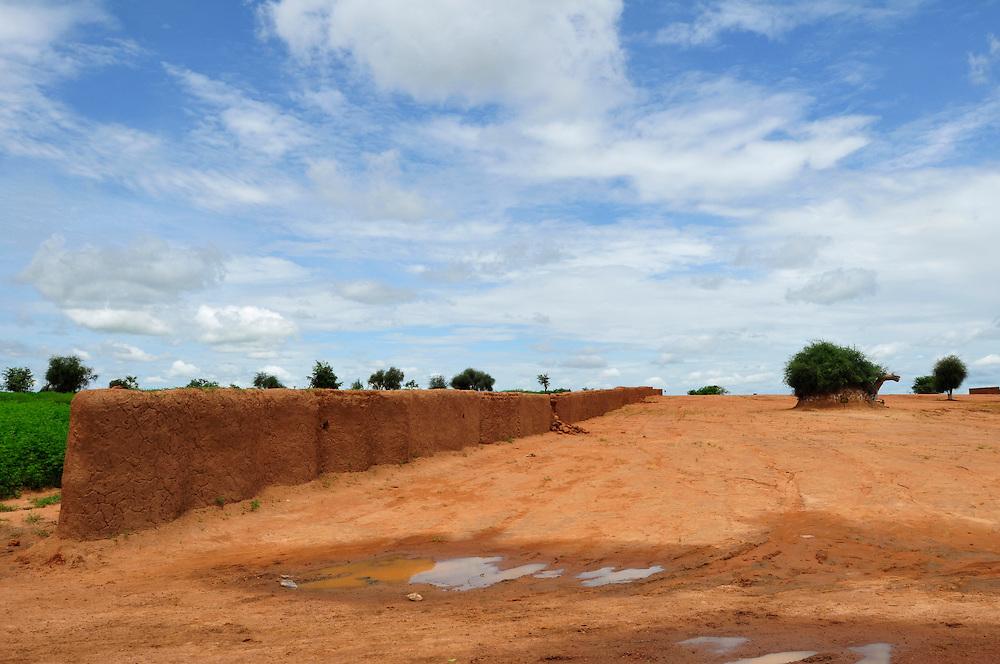 Un mur conservé dans un village où les resistants de colonisation français ont combaté l'armée française dans la bataille de Logo Sabouciré le 22 septembre 1878..Logo Sabouciré, Mali. 10/09/2010..Photo © J.B. Russell