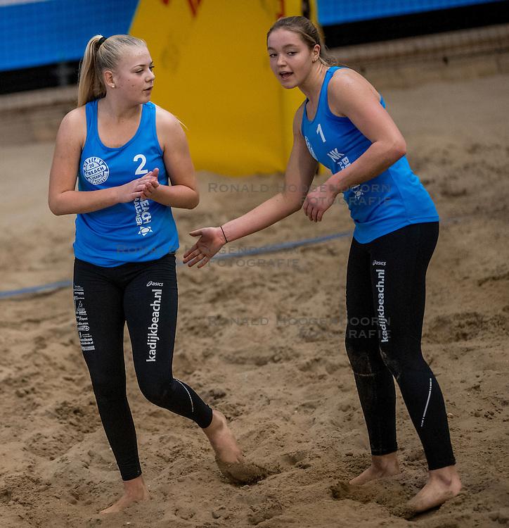 07-01-2017 NED: NK Beachvolleybal Indoor, Aalsmeer<br /> Emi v. Driel #1/ Raisa Schoon #2