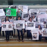 """Metepec, Mexico.- Seguidores de la página """"Denuncia a +KOTA"""" de forma simultánea en 18 estados y el Distrito Federal, realizaron una manifestación pacífica, denominada """"Protesta Nacional contra +KOTA"""", expresando su rechazo por la venta de animales de compañía y silvestres, en un centro comercial de Metepec, varias personas se reunieron y mostrando algunas pancartas pidiendo a los visitantes no compren animales, que mejor adopten. Agencia MVT / Crisanta Espinosa"""