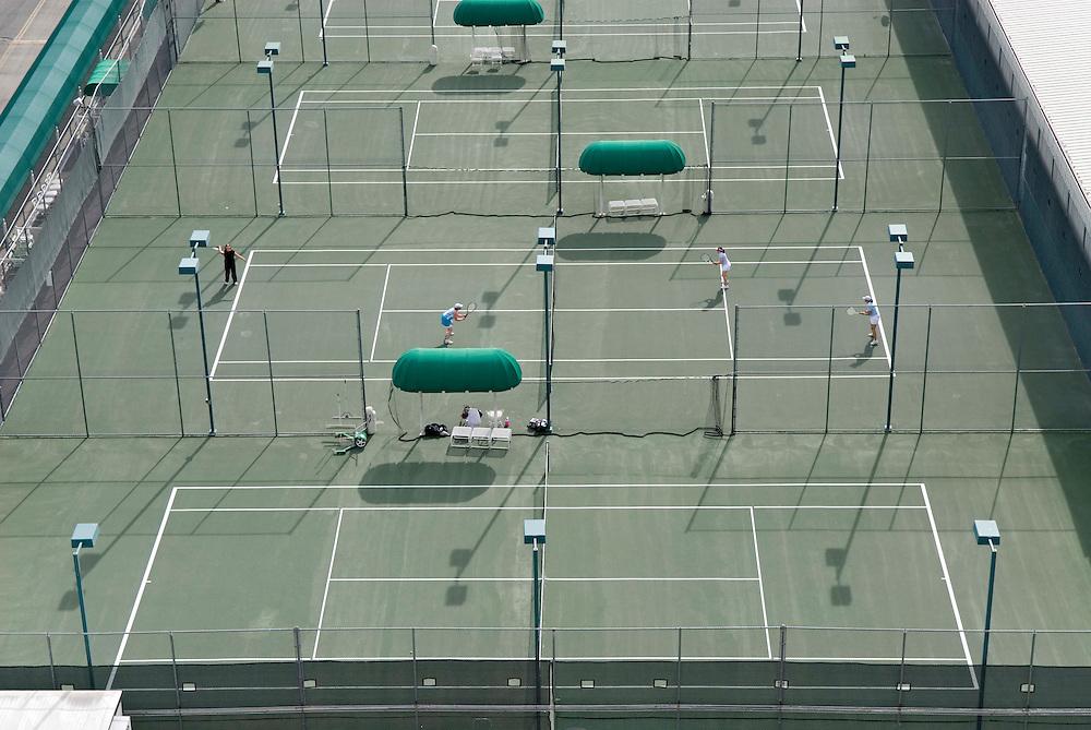 Tennisplätze auf dem Dach eines Hochhauses in Las Vegas   |  tennis courts on top of a building in Las Vegas