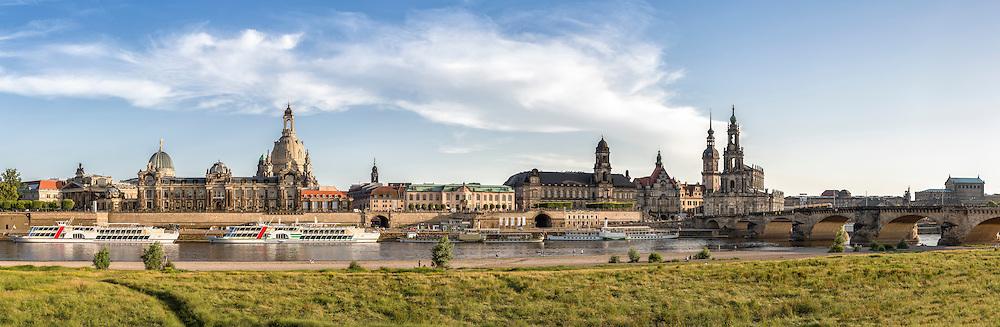 Die Dresdner Skyline an einem warmen Sommertag. Panorama vom Elbufer mit Frauenkirche, Hofkirche und Semperoper.