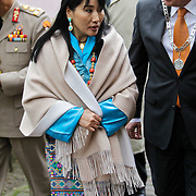 NLD/Laren/20100508 - Koningin Tshering Pem Wangchuck van Bhutan bezoekt Laren, wandelend over straat