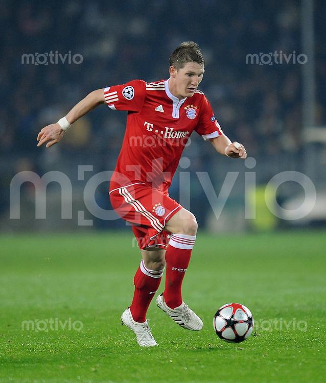 FUSSBALL  International  Champions League  SAISON 2009/2010   08.12.2009 Juventus Turin - FC Bayern  Muenchen  Bastian Schweinsteiger (FCB) am Ball