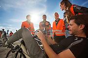 De managers van het team bespreken met Jan Bos de race tijdens de derde dag van de races. Het Human Power Team Delft en Amsterdam (HPT), dat bestaat uit studenten van de TU Delft en de VU Amsterdam, is in Amerika om te proberen het record snelfietsen te verbreken. In Battle Mountain (Nevada) wordt ieder jaar de World Human Powered Speed Challenge gehouden. Tijdens deze wedstrijd wordt geprobeerd zo hard mogelijk te fietsen op pure menskracht. Het huidige record staat sinds 2015 op naam van de Canadees Todd Reichert die 139,45 km/h reed. De deelnemers bestaan zowel uit teams van universiteiten als uit hobbyisten. Met de gestroomlijnde fietsen willen ze laten zien wat mogelijk is met menskracht. De speciale ligfietsen kunnen gezien worden als de Formule 1 van het fietsen. De kennis die wordt opgedaan wordt ook gebruikt om duurzaam vervoer verder te ontwikkelen.<br /> <br /> The Human Power Team Delft and Amsterdam, a team by students of the TU Delft and the VU Amsterdam, is in America to set a new world record speed cycling.In Battle Mountain (Nevada) each year the World Human Powered Speed Challenge is held. During this race they try to ride on pure manpower as hard as possible. Since 2015 the Canadian Todd Reichert is record holder with a speed of 136,45 km/h. The participants consist of both teams from universities and from hobbyists. With the sleek bikes they want to show what is possible with human power. The special recumbent bicycles can be seen as the Formula 1 of the bicycle. The knowledge gained is also used to develop sustainable transport.