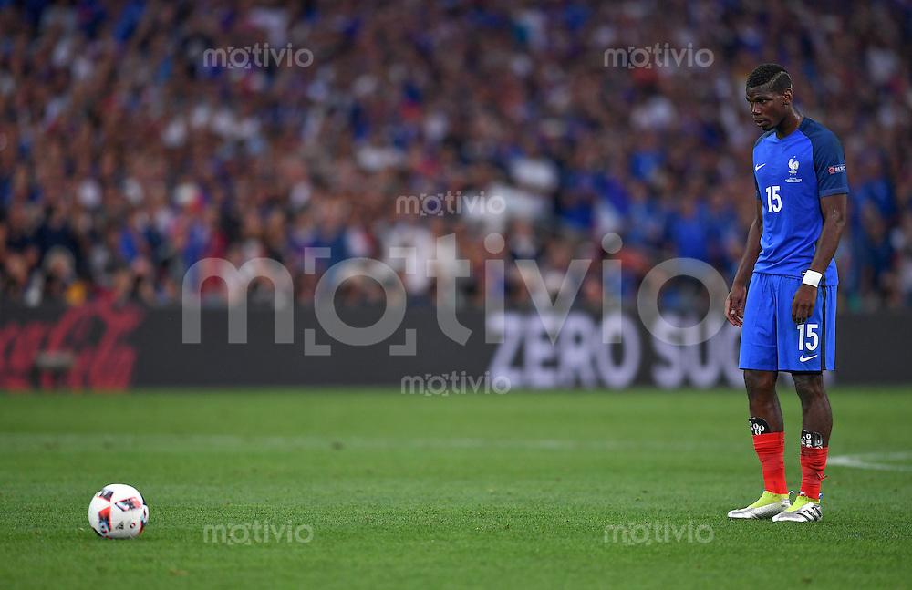 FUSSBALL EURO 2016 HALBFINALE IN MARSEILLE  Deutschland - Frankreich                 07.07.2016 Paul Pogba (Frankreich) bereitet sich auf einen Freistoss vor