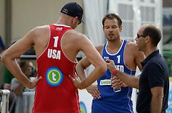 16-07-2014 NED: FIVB Grand Slam Beach Volleybal, Apeldoorn<br /> Poule fase groep A mannen - Reinder Nummerdor (1) NED, Philip Dalhausser (1) USA en de toss met de scheidsrechter referee