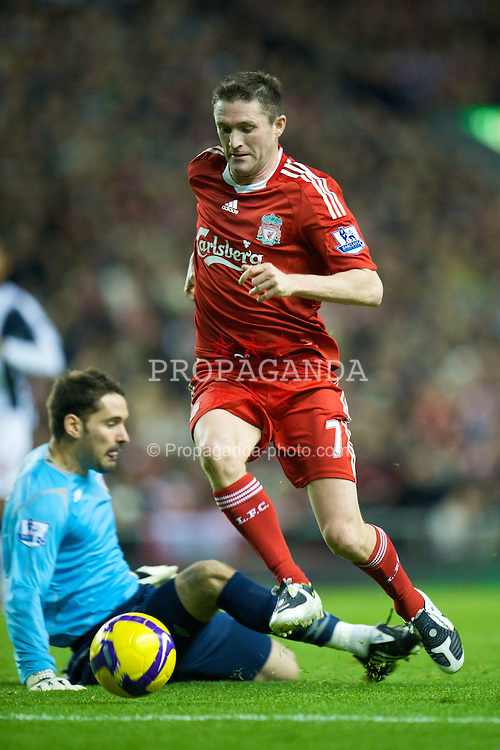 LIVERPOOL, ENGLAND - Saturday, November 8, 2008: Liverpool's Robbie Keane rounds West Bromwich Albion's goalkeeper Scott Carson to score his, and Liverpool's second, goal during the Premiership match at Anfield. (Photo by David Rawcliffe/Propaganda)