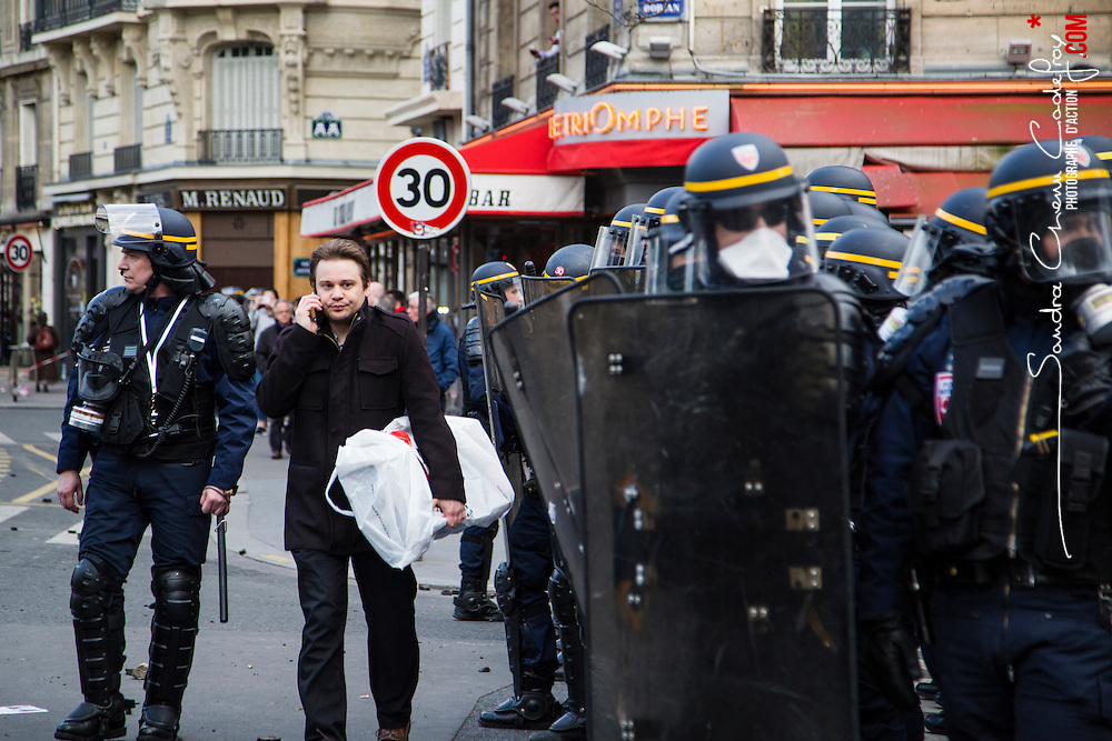 Policiers et gendarmes des Compagnies R&eacute;publicaines de S&eacute;curit&eacute; (CRS), Compagnie d'Intervention (CI) et Escadrons de Gendarmerie Mobile (EGM) le 28 avril 2016 en maintien de l'ordre lors de la dispersion  place de la Nation  de la manifestation contre la Loi Travail.<br /> Avril 2016 / Paris (75) / FRANCE