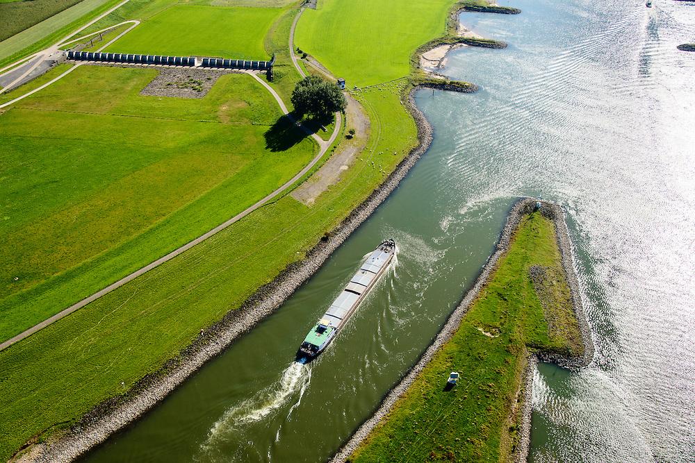 Nederland, Gelderland, Gemeente Arnhem, 30-09-2015; IJsselkop, splitsing van het Pannerdensch Kanaal (uitloper van de Rijn) in Neder-Rijn en IJssel. Links de uiterwaarden van de Hondsbroeksche Pleij bij Westervoort.<br /> Division of river Rhine in Lower Rhine and IJssel.<br /> <br /> luchtfoto (toeslag op standard tarieven);<br /> aerial photo (additional fee required);<br /> copyright foto/photo Siebe Swart