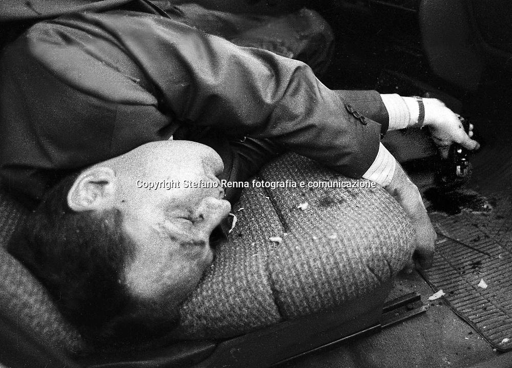 luogo : Napoli (Acerra ) - data : 31 MAGGIO 1991 - titolo : la Pistola ( Omicidio di Camorra ) <br /> ( Servizio inerente i fatti criminosi avvenuti in Campania e a Napoli nell'ultimo decennio )<br /> copyright Stefano Renna fotografia.