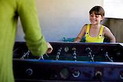 Belo Horizonte _ MG, 29 de Julho de 2008..Irmas jogando futebol de mesa...Sisters playing foosball...Foto: JOAO MARCOS ROSA / NITRO
