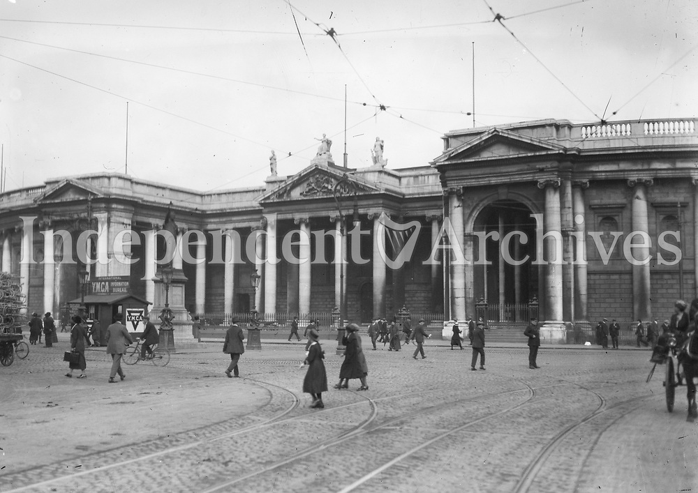 The Bank of Ireland, College Green, in the 1920s (formerly the Parliament House, completed in 1731). (Part of the Independent Newspapers Ireland/NLI Collection)