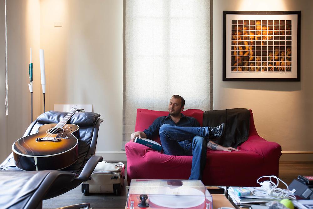 30 JUN 2010 - Bologna - Cesare Cremonini, cantante e musicista pop italiano - A casa