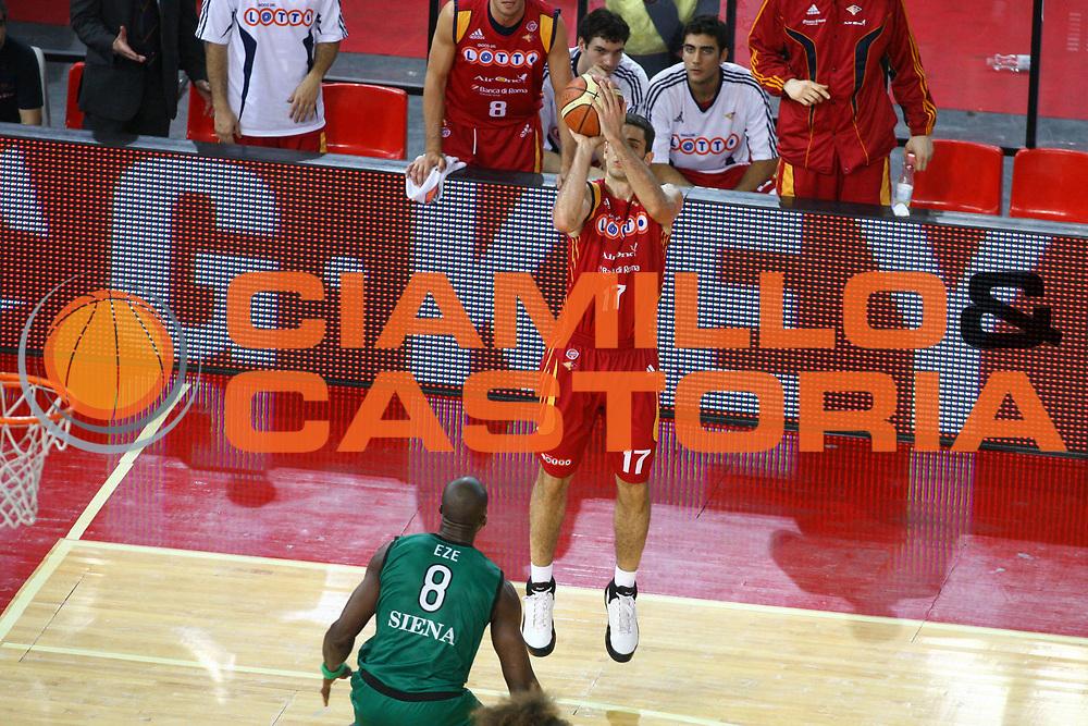 DESCRIZIONE : Roma Lega A1 2007-08 Playoff Finale Gara 4 Lottomatica Virtus Roma Montepaschi Siena<br />GIOCATORE : Rodrigo De La Fuente Three Points<br />SQUADRA : Lottomatica Virtus Roma<br />EVENTO : Campionato Lega A1 2007-2008 <br />GARA : Lottomatica Virtus Roma Montepaschi Siena <br />DATA : 10/06/2008 <br />CATEGORIA : Tiro<br />SPORT : Pallacanestro <br />AUTORE : Agenzia Ciamillo-Castoria/G.Ciamillo