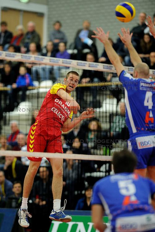 12-02-2011 VOLLEYBAL: AB GRONINGEN/LYCURGUS - DRAISMA DYNAMO: GRONINGEN<br /> In een bomvol Alfa-college Sportcentrum werd Dynamo met 3-2 (25-27, 23-25, 25-19, 25-23 en 16-14) verslagen door Lycurgus / Ewoud Gommans vs. Ernst Zijlstra<br /> ©2011-WWW.FOTOHOOGENDOORN.NL