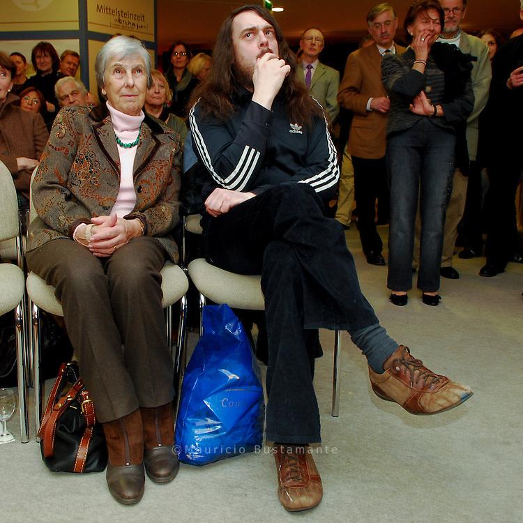 Daniel Richter und Jonathan Messe Performance.Der archäologisches Schrecken.Helm Museum Harburg