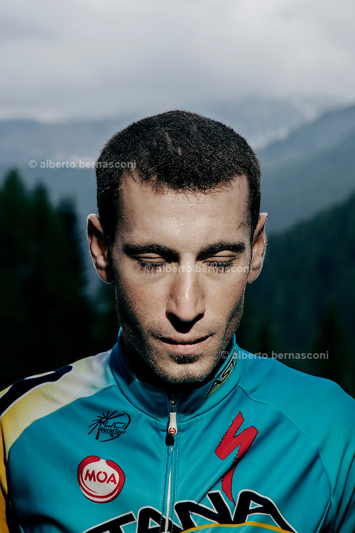 "Passo S. Pellegrino. Corridore da corse a tappe, professionista dal 2005, ha vinto la Vuelta a España 2010 e il Giro d'Italia 2013, due edizioni della Tirreno-Adriatico, ed è il secondo italiano, dopo Felice Gimondi, ad essere salito sul podio di tutti e tre i Grandi Giri[1]. Ha vinto il titolo di campione nazionale italiano nel giugno 2014. È soprannominato ""Lo squalo dello Stretto"" fin da dilettante, per via del suo modo di correre sempre all'attacco[2.   s an Italian professional road bicycle racer, considered one of the strongest stage race riders of these years. He rides for the Kazakhstani UCI ProTeam Astana.[2] Born near the Strait of Messina, his nickname is the ""Shark of the Strait"" or simply ""The Shark"".[3][4] His first major win came at the 2006 GP Ouest-France, where he beat an impressive field on a tough course. However, experts such as Michele Bartoli have said Nibali is most suited to competing in multi-stage races.[5] Nibali's biggest wins to date are the 2010 Vuelta a España and the 2013 Giro d'Italia. He has also won two editions of the Tirreno-Adriatico stage race."
