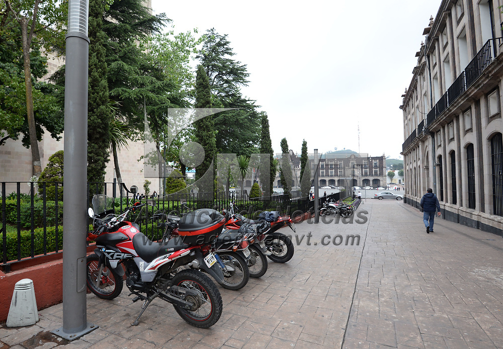 TOLUCA, México.- (Julio 12, 2017).- La subdirección de  Tránsito y Vialidad del ayuntamiento de Toluca  lleva hasta el momento 50 infracciones a motociclistas, que se estacionan en lugares prohibidos, obstaculizando rampas, banquetas o puentes peatonales. Agencia MVT / Crisanta Espinosa.