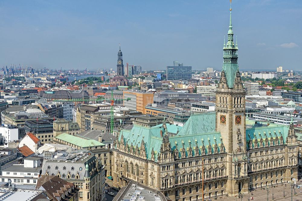 Blick übers Rathaus zum Michel, Werft von Blohm & Voss und Container- Hafen in Hamburg