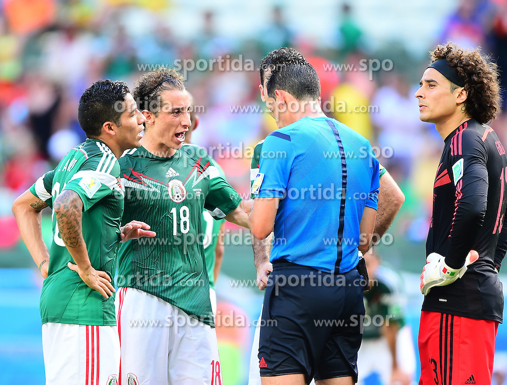 29.06.2014, Castelao, Fortaleza, BRA, FIFA WM, Niederlande vs Mexico, Achtelfinale, im Bild Andres Guardado (Mexiko) reklamiert bei Referee Pedro Proenca // during last sixteen match between Netherlands and Mexico of the FIFA Worldcup Brazil 2014 at the Castelao in Fortaleza, Brazil on 2014/06/29. EXPA Pictures &copy; 2014, PhotoCredit: EXPA/ fotogloria/ Best Photo Agency<br /> <br /> *****ATTENTION - for AUT, FRA, POL, SLO, CRO, SRB, BIH, MAZ only*****