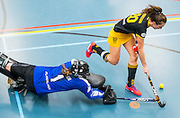 BARNEVELD - Hoofdklasse zaalhockey dames. Den Bosch-Rotterdam (1-0). Marlies Verbruggen (Den Bosch) passeert Marjolein Bender (R'dam)  COPYRIGHT KOEN SUYK