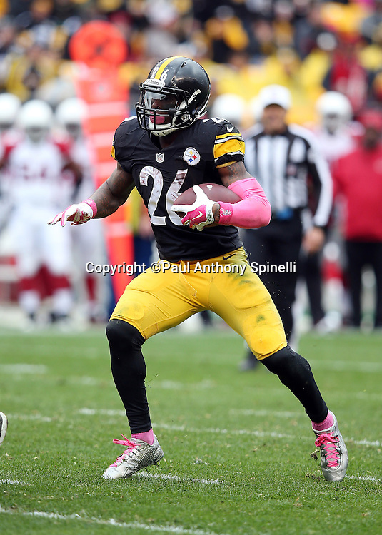 Pittsburgh Steelers running back Le'Veon Bell (26) runs the ball in the third quarter during the 2015 NFL week 6 regular season football game against the Arizona Cardinals on Sunday, Oct. 18, 2015 in Pittsburgh. The Steelers won the game 25-13. (©Paul Anthony Spinelli)