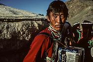 Mongolia. Hoit  Tsanher Aguy area.  traditional musician        / musique traditionnelle (Sum de Mangan, dans aymag de Qovd, Mongolie). Accordéoniste derrière la yourte. Bien que l'accordéon à boutons bayan (russ.) fût introduit par les Russes en Mongolie au début du siècle, sa diffusion n'a pas détrôné les autres instruments traditionnels du pays. Son répertoire est principalement constitué de mélodies de chants mongols interprétés dans une dimension polyphonique originale.