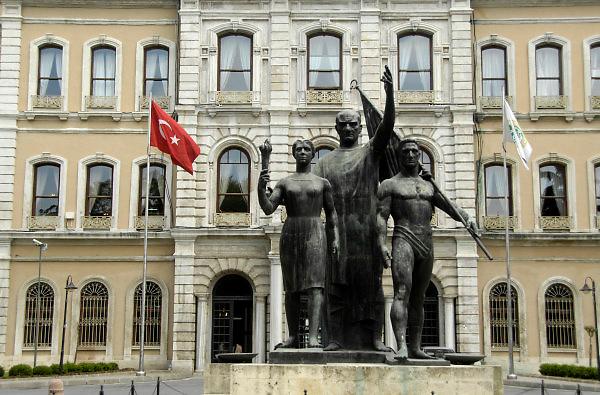 Turkije, Istanbul, 4-6-2011Kunstwerk, standbeeld, van Ataturk en studenten voor een gebouw van de universiteit van Istanbul. Het is de faculteit voor de studie economie.Foto: Flip Franssen