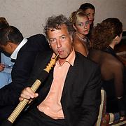 Miss Nederland 2003 reis Turkije, organisator Hans Konings aan de waterpijp
