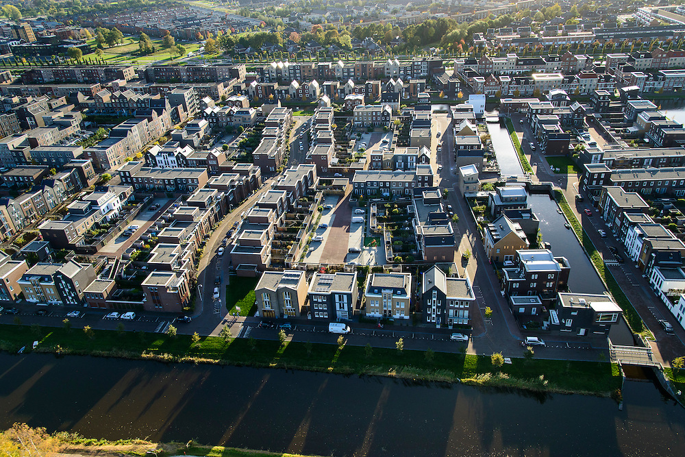 Nederland, Utrecht, Amersfoort, 24-10-2013; de wijk Vathorst, deelplan De Laak. Het stedenbouwkundig plan (van de stedebouwkundigen West8 met Adriaan Geuze ). Grachtenstad met imitatie grachtenpanden.<br /> New housing district Vathorst in Amersfoort, the urban plan of this Canal City, is based on canals with canal house-style houses. Developed by the urban development agency West8, Adriaan Geuze.<br /> luchtfoto (toeslag op standaard tarieven);<br /> aerial photo (additional fee required);<br /> copyright foto/photo Siebe Swart.