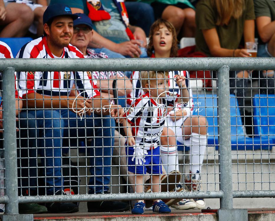 30-07-2016 VOETBAL:WILLEM II - RCD MAILLORCA:TILBURG<br /> Koningsdag Willem II wedstrijd<br /> Een jonge supporter van Willem II tijdens de open dag kijkt naar de wedstrijd<br /> Foto: Geert van Erven