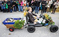 THEMENBILD - Erntedankfest, Bezirkserntedankfest für den Bezirk Liezen, im Bild ein Bub auf einem Tret-Go-Kart mit einem Anhänger, in dem sich Kaninchen befinden, aufgenommen am 27.09.2015 in Haus im Ennstal, Steiermark, Österreich // transport of rabbits at the harvest festival in Haus im Ennstal, Styria, Austria on 2015/09/27. EXPA Pictures © 2015, PhotoCredit: EXPA/ Martin Huber