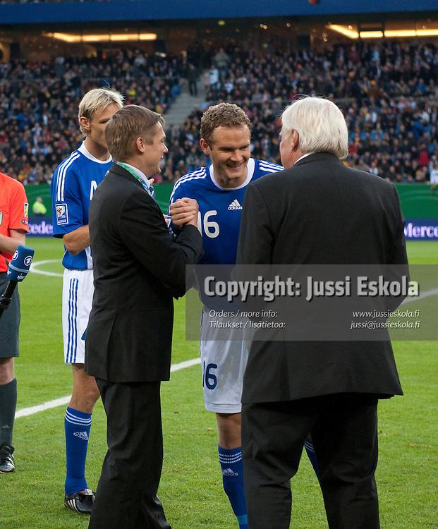 Jonatan Johansson pelaa sadannen maaottelunsa. Saksa - Suomi. Hampuri, 14.10.2009. Photo: Jussi Eskola