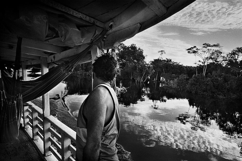 Brazil, rio amazonas, para.<br /> <br /> Far West a conquerir, l'amazonie sombre dans une profonde lethargie apres la fin du cycle du caoutchouc. Les militaires au pouvoir en 1964 veulent mettre fin aux menaces d'internationalisation du territoire et lancent une occupation strategique destinee a peupler la region, fixer des populations pauvres et assurer une souverainete nationale.<br /> Developpement est aujourd'hui le maitre mot de l'amazonie brasilienne.<br /> L'exploitation des ressources naturelles est un formidable enjeu, aussi bien economique que strategique pour le bresil.