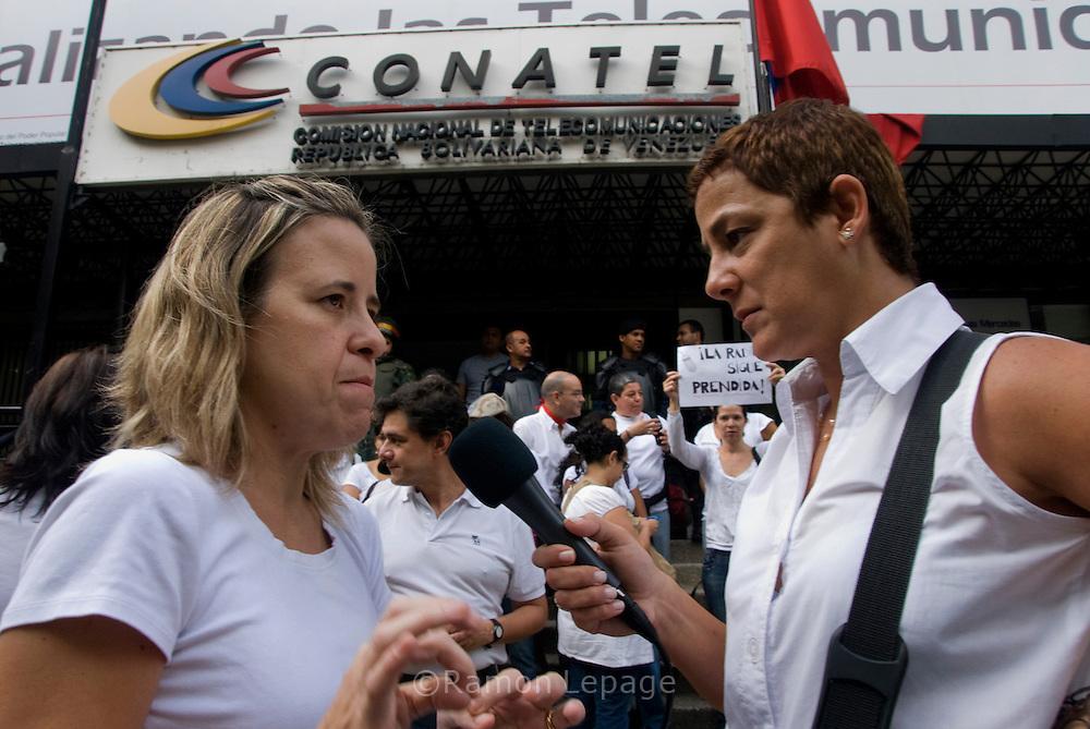 Periodistas protestan  por el cierre 34 emisoras de radio y  orden de cancelación de las concesiones a otras 206 emisoras de radio a nivel nacional por parte Comisión Nacional de Telecomunicaciones (CONATEL). Caracas 03 de Agosto 2009 Ramon Lepage / Orinoquiaphoto