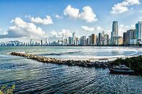 Molhe do Pontal Norte. Balneário Camboriú, Santa Catarina, Brasil. / Pontal Norte Mole. Balneario Camboriu, Santa Catarina, Brazil.
