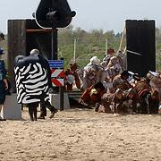 NLD/Hilversum/20060503 - HM de Koninging Beatrix opent de langste natuurbrug ter wereld : Natuurbrug Zanderij Crailo in Hilversum, Beatrix en mascotte, kinderen verkleed als dieren worden losgelaten