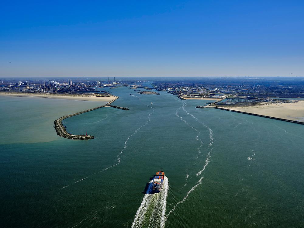 Nederland, Noord-Holland, IJmuiden; 23-03-2020; Buitenhaven, toegang tot Noordzeekanaal. Pier IJmuiden(Noordpier en Zuidpier, links). Noordzeehaven en Buitenhaven. Sluizen IJmuiden en Tata steel.<br /> Entrance to the North Sea Canal. Pier IJmuiden (South Pier), between the harbor heads of the North Sea port and Buitenhaven. <br /> luchtfoto (toeslag op standaard tarieven);<br /> aerial photo (additional fee required)<br /> copyright © 2020 foto/photo Siebe Swar