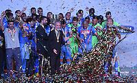 FUSSBALL INTERNATIONAL Supercoppa Italia Finale 2014 in Doha  Juventus Turin - SSC Neapel         22.12.2014 Siegerehrung, Sieger SSC Neapel; Praesident Aurelio De Laurentiis (Mitte) freut sich mit seinem Team