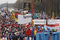 07 NOV 2002, BERLIN/GERMANY:<br /> Sarg Eigenheimzulage wird symbolisch zu Grabe gehoben, Demonstration gegen die Kuerzung der Eigenheimzulage, Kundgebung vor dem Brandenburger Tor<br /> IMAGE: 20021107-01-116<br /> KEYWORDS: Demo, Bau, Baugewerbe, Kürzung, Demostrant, demonstrator, Subventionen