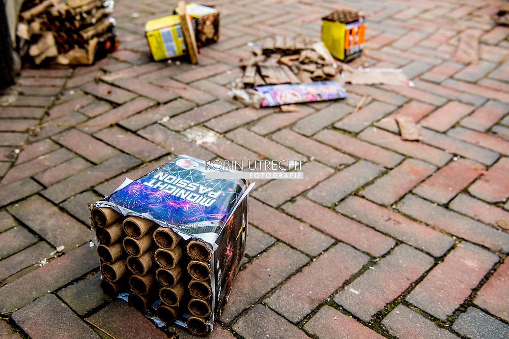 ROTTERDAM - vuurwerkschade gebroken raam door vuurwerk . Schade jaarwisseling geschat op 13 miljoen euro <br /> Kwart meer vuurwerkslachtoffers dan vorig jaar Het aantal vuurwerkslachtoffers is met ruim een kwart gestegen ten opzichte van vorig jaar. Tijdens deze jaarwisseling zijn over het hele land ruim negentig pati&euml;nten met vuurwerkletsel behandeld, waaronder veertig kinderen.<br />  ROBIN UTRECHT
