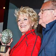 NLD/Amsterdam/20150529 - Uitreiking Johan Kaart prijs 2015, Simone Kleinsma met haar prijs en partner Guus Verstraete