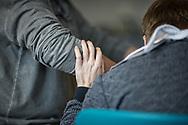 'Helpende handen'. De interactie en communicatie tussen mensen met een beperking en begeleiders wordt mooi zichtbaar aan wat hun handen doen.