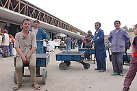 20 OCT 2001, DUSCHANBE/TAJIKISTAN:<br /> Maenner und Jungen mit Lastkarren auf einem Markt in Duschanbe, der Hauptstadt von Tadschikistan<br /> IMAGE: 20011020-01-036<br /> KEYWORDS: Kind, child, children