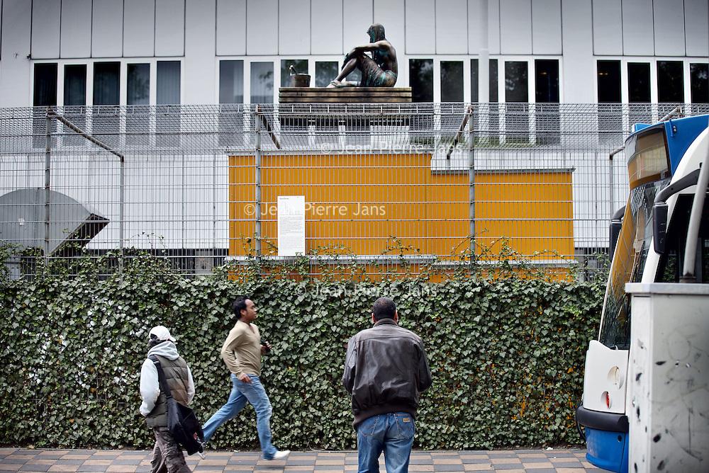 Nederland, Amsterdam , 22 mei 2011..zaterdag avond is de saunaman weer op de weteringschans op de koelinstallatie geplaatst..De makers van De Saunaman, het straatkunstwerk dat vorig jaar op de vriesinstallatie bij het Weteringcircuit werd geplaatst, zijn eindelijk bekend. Het beeld blijkt gemaakt door het bedrijf Natwerk. .Foto:Jean-Pierre Jans