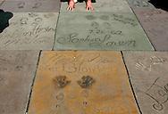 US-LOS ANGELES: Hand,- and footprints of Marilyn Monroe, Sophia Loren en Charlton Heston on Hollywood Boulevard. PHOTO: GERRIT DE HEUS