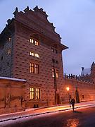 Passant vor dem Palais Schwarzenberg (tschechisch: Schwarzenbersky palac, auch Lobkovicky palac) auf dem Hradschin-Platz (Hradcanske namest&iacute;) der tschechischen Hauptstadt Prag. Am 13. Oktober 1601 nahm Tycho Brahe hier an einem Gastmahl teil und starb einige Tage danach. <br /> <br /> Pedestrian infront of the Schwarzenberg Palace (Czech: Schwarzenbersky palac and also  Lobkovicky palac) at the Hradschin square in the Czech capital Prague. In this building Tycho Brahe was invited to a supper on the 13th of October 1601 and died a view days later.